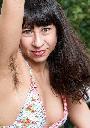 Vivi Marie strips off bikini on lounge chair
